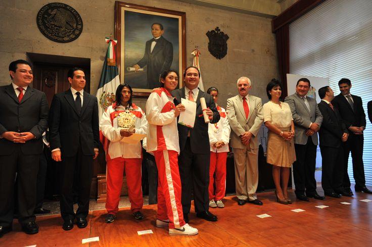 El Gobernador de Veracruz, Javier Duarte de Ochoa, entregó el  Premio Estatal del Deporte a jóvenes atletas veracruzanos, acompañado del secretario de Educación de Veracruz, Adolfo Mota Hernández, y del director del Instituto Veracruzano del Deporte, Rafael Cuenca Reyes.