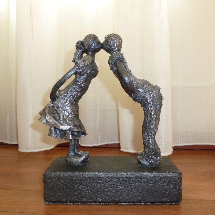 Decoratie beeld of figuur van twee kinderen die elkaar stiekem een kusje geven.  Mooie decoratie of woonaccessoire voor in huis. Een kunstbeeld als cadeau gewoon voor jezelf. Passend in bijna iedere woninginrichting. Of een origineel cadeau om weg te geven als: Verjaardag-Relatie-Huwelijks-Jubileum-Vriendschap-Afscheid cadeau en of geschenk.