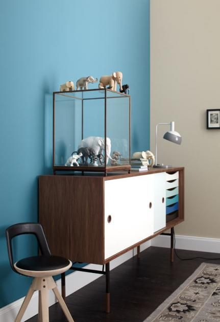 Wer markante Farbtöne liebt, ist gut beraten, sich auf eine Wandfarbe zu konzentrieren. So lassen sich mit Grün, Rot oder Flieder optische Schwerpunkte setzen.
