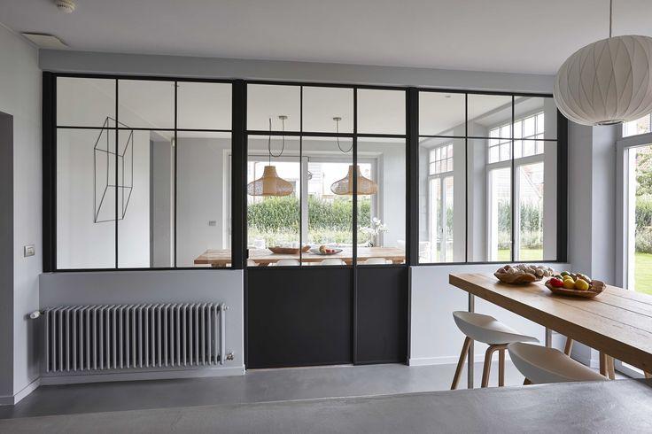 Verrière d'atelier noire dans une maison en Belgique totalement réaménagée par l'architecte d'intérieur Nancy Geernaert.