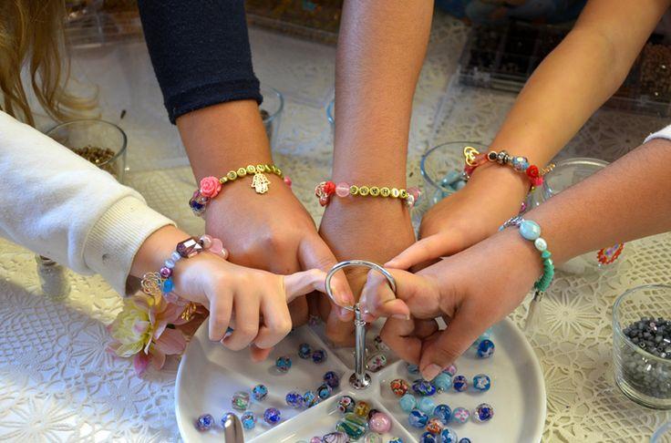 naam armbandje maken voor moeders & dochters in de workshop sieraden maken van Kieke le Chique #naamarmband #workshop #moedersdochters #denhaag