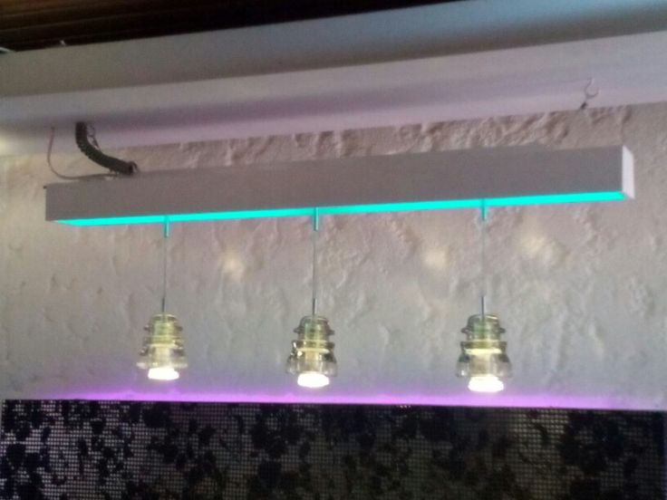 Luminaria Infinity Underground vista de frente. Sus tres aisladores de vidrio albergan lamparas dicroicas LED, mientras que el cuerpo de la luminaria proyecta un baño de luz y color.