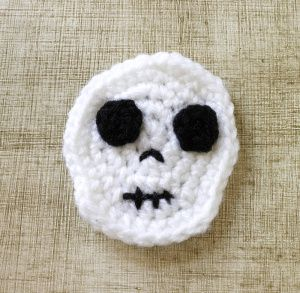 Cute and easy crochet skull pattern - turn into an applique, magnet and more!