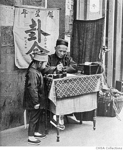 Another fortuneteller, photo by Arnold Genthe. The sign behind him says 卦命, or