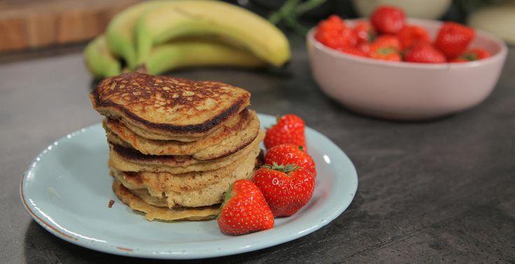 """Ida Gran-Jansen elsker pannekaker, og aller helst vil hun spise det til frokost hver dag. Da er det en fordel at det finnes en litt sunnere variant - som disse bananpannekakene. Med rimelige ingredienser og kort tilberedningstid er det også perfekt frokostmat for studenter.    Jo modnere bananene du bruker er, jo søtere er de, og jo bedre blir pannekakene.    Oppskriften viser Ida i programmet """"Idas fristelser"""" på TV6. For video av fremgangsmåte og andre baketips - se alle episodene her.…"""