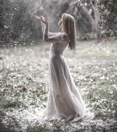 Украшает женщину то, что делает ее более красивой, но делает ее таковою не золото, изумруды и пурпур, а скромность, благопристойность и стыд...