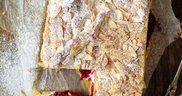 Britakakku on nopeasti ja helposti valmistuva klassikko. Tämä britaversio on myös gluteeniton. Täytteeksi käyvät mansikat, vadelmat, puolukat tai kirsikat.