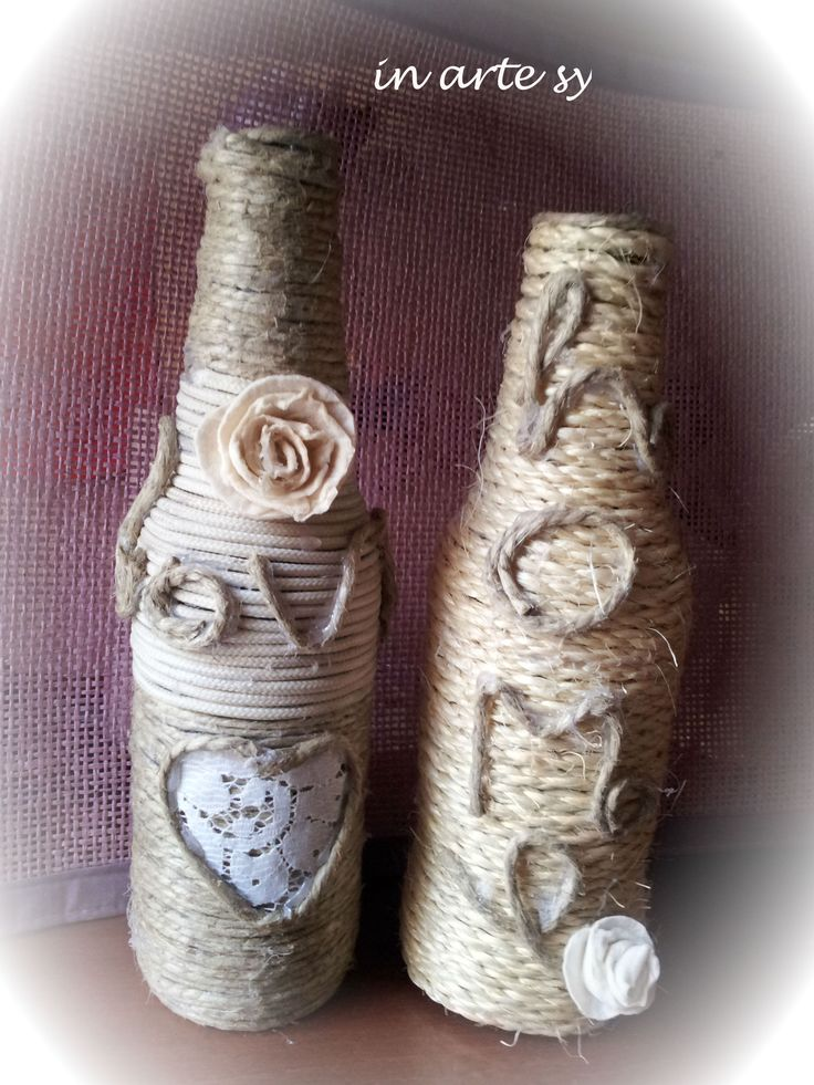 Bottiglie shabby decorate a mano con corda e fiori in finto feltro. Handmade bottles with flowers.