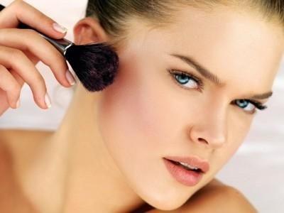 Como Maquillarse para Parecer más Delgada. Si deseas parecer más delgada y lucir un rostro mucho más estilizado será ineludible que acudas a específicos trucos de maquillaje para lograrlo. En seguid