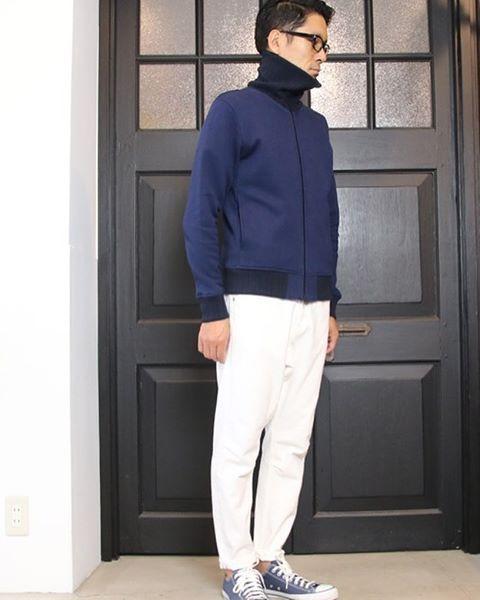 インでもアウトでも、着こなし次第で見せ方に変化をつけるハイネックブルゾン。 [AUD2719] http://www.aud-inc.com/product/2655 止水Zipに針抜きリブと品を感じるディテールを兼ね備えた1着。 生地感のしっかりとしたヘビーウェイト起毛裏毛の表現する弛みの無いシルエットがカジュアルアイテムながら上品なディテール・素材のアウターとも相性良く着合わせ可能となっています。 Zipの開閉で変化を見せるハイネックをポイントに、秋にはアウター感覚で、冬にはインナーとして活躍の場や着用期間の長い1着が新入荷致しております!