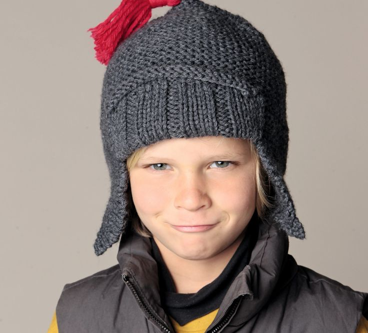 Le bonnet prend des airs de déguisement avec ce modèle de bonnet en forme de chapska, avec son revers en côtes plates et son dessus pointu surmonté d'un gland rouge. Tricoté en ' Laine PARTNER 6', coloris minerai, et rouge, ce modèle rendra vos petits monstres fiers de porter leur bonnet!Modèle tricot n°39 du catalogue 98 : Accessoires famille - Automne/hiver