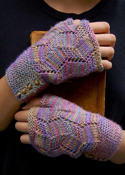 Sæt bestående af hue og fingerløse vanter med et enkelt hulmønster og knapper i kanten. Her strikket i uld og silke, men ren uld kan bruges. Pinde 3½ eller 4. Læs mere ...