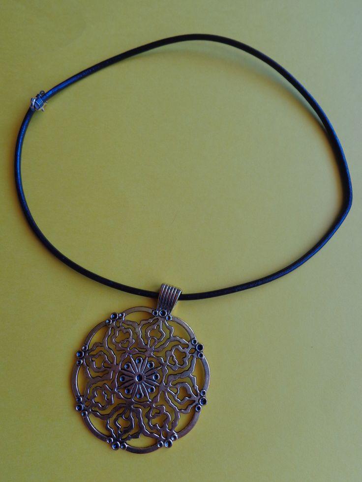Colar de cabedal castanho com medalhão em ouro velho