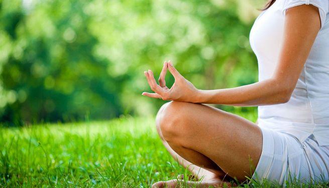 La aromaterapia es la utilización de diferentes aceites esenciales. Se puede emplear para reducir los síntomas del estrés, contra casos de insomnio, desánimo y angustia. ¿Qué os parece?