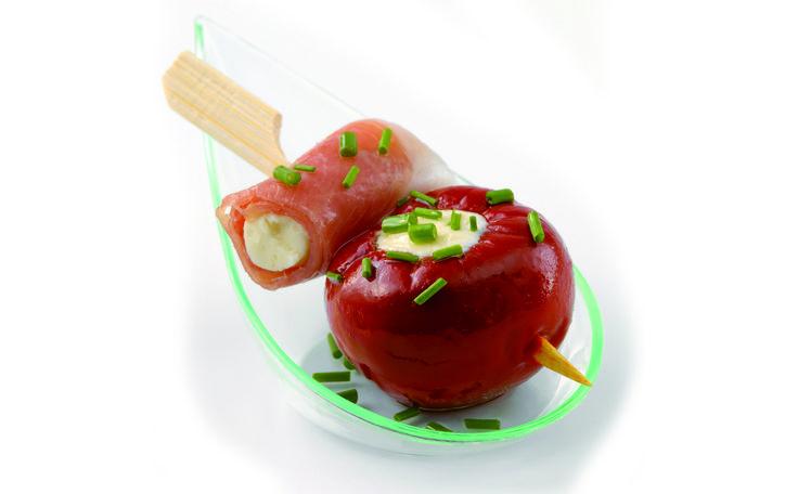 Stap 1 Zet alle ingrediënten klaar. Laat de pepacco en hamrolletjes uitlekken. Snij de gevulde ham doormidden.Stap 2 Prik eerst de peppaco dan de rauwe ham op een tapas prikker. Leg het spiesje...