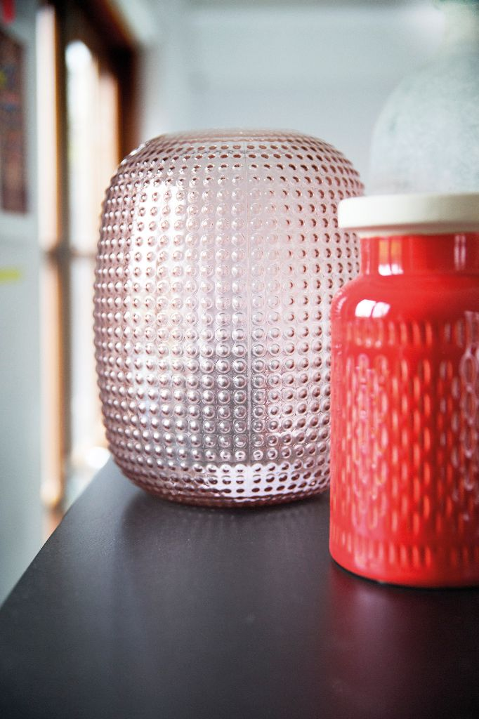 Trendhopper ● Felle kleuraccenten brengen je interieur tot leven. #vaas #glas #keramiek