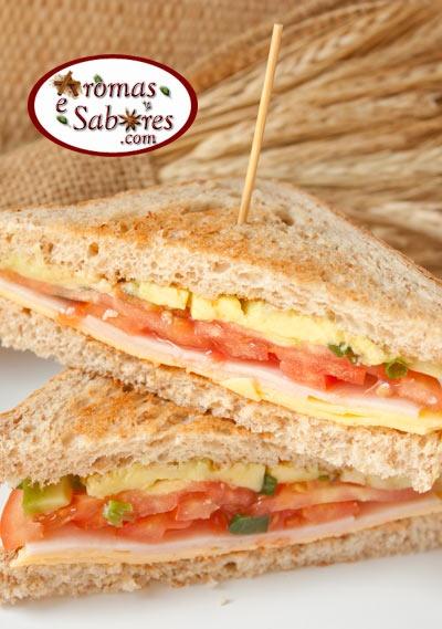 Aromas e Sabores: Sanduíche de blanquet de peru, tomate, queijo e abacate