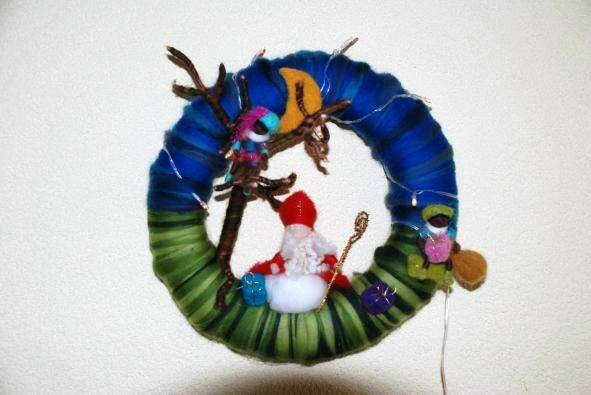 felt wreath. Zo ongeveer maken wij ze ook op atelier de viltbloem!