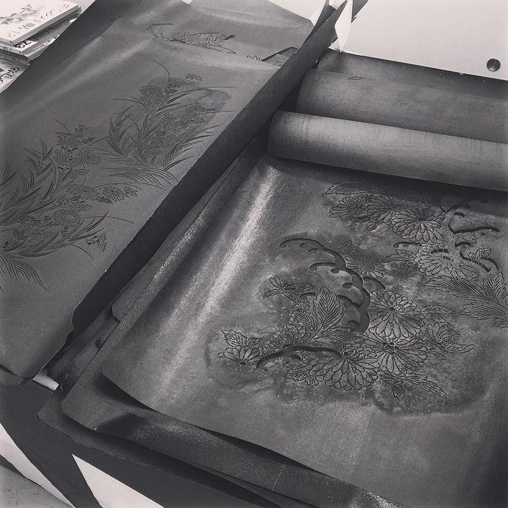 Старые трафареты для нанесения узоров на ткани #сделайсам #кимоно #ткани #дизайн #текстиль #трафарет #художники