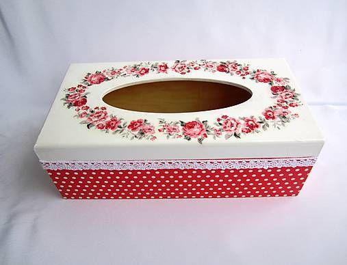 Drevený box na papierové vreckovky s vysúvacím dnom. Maľovaný akrylovou farbou a zdobený decoupage. Viackrát prelakovaný ecolakom.Po obvode bavlnená čipka. Zvnútra neupravená, prír...