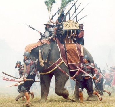 Ejército tailandés antiguo con elefante de guerra (reenactment)