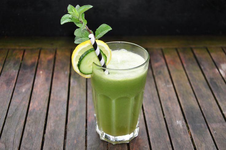 Wunderbar frisch an heißen Tagen, dann auch gern mit Eiswürfeln, ist dieser grüne Saft: Zutaten für 2 große Gläser: 1 Gurke 1 Äpfel Saft von 1/2 Zitrone einige Minzblätter  Zubereitung: Äpfel…