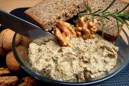 Készíts gombakrémet, amivel igazán különleges vacsorát tálalhatsz a családnak! Dióval vagy egyéb olajos magvakkal készül, hagymás alapon.