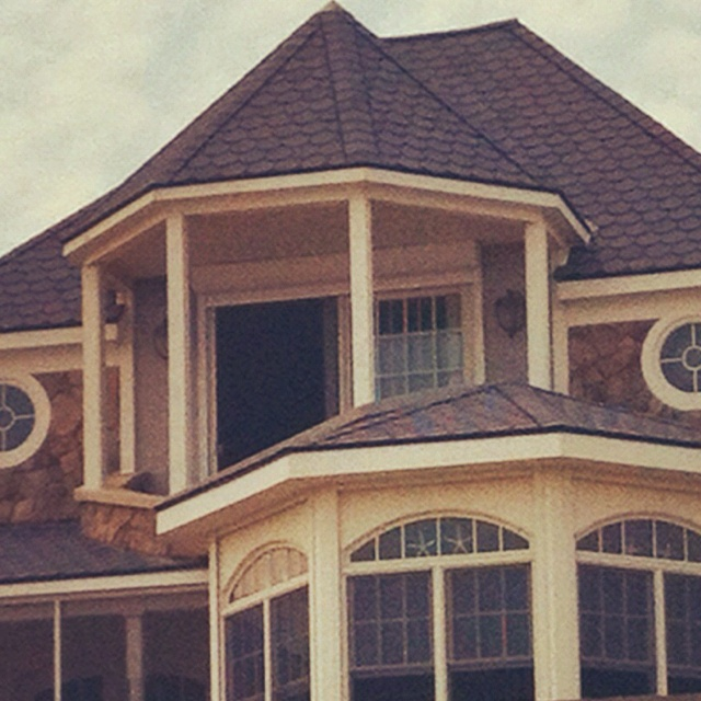 I wish that this were my house & then my room would have that balcony.