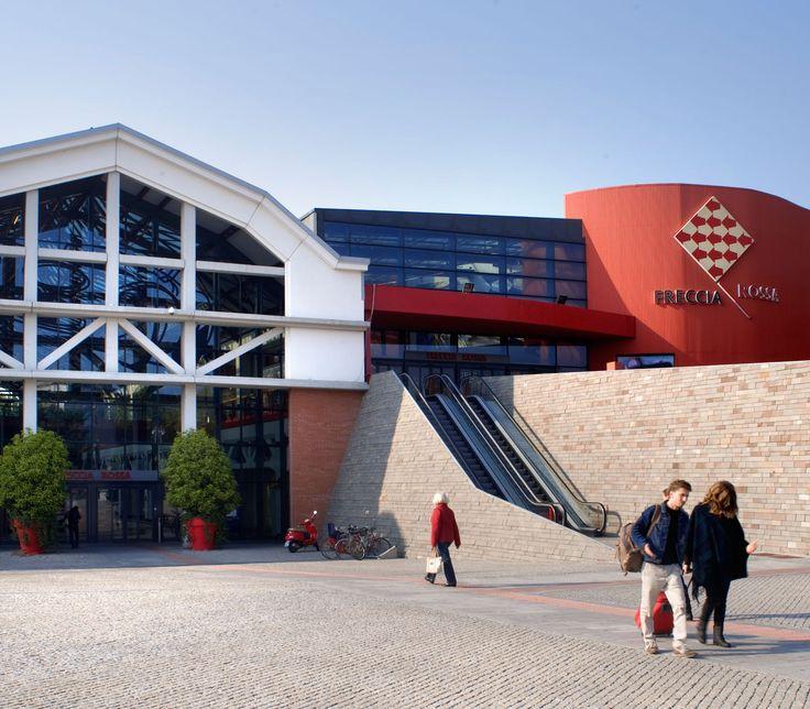 Un'ubicazione eccezionale, vicina al centro della città, nella vecchia zona industriale del Comparto Milano. Omaggio alla Mille Miglia, il centro commerciale Freccia Rossa si ispira al mondo dell'auto e della velocità.  Un ricco mix di attività commerciali, una food court e un'area leisure e tempo libero con cinema e Family Entertainment Center sono organizzati …