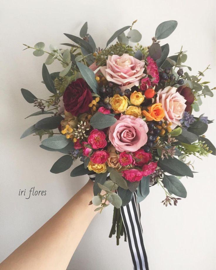 いいね!137件、コメント3件 ― iri flores(イリフローレス)さん(@iriflores.botanica)のInstagramアカウント: 「Happy wedding! ・ ライダースに合わせていただいた クラッチブーケLsizeです♪ ・ 先日晴れの日を迎えられ、 最高に可愛く持っていただきました(//∇//) ・…」#クラッチブーケ #くすみブーケ #スモーキー #ナチュラルウェディング #カラフルブーケ #ライダース #オシャレウェディング