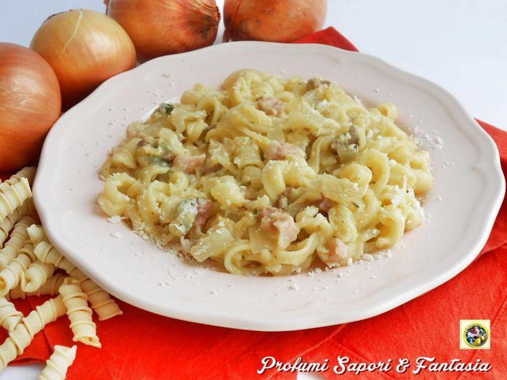 Pasta con cipolle gorgonzola e pancetta I maccheroni arrotolati sono stati l'ultimo acquisto in fatto di pasta;un formato particolare che mi ha fatto pens