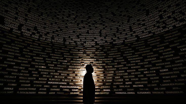 Banda Aceh, Indonesien: Namen von Opfern des Tsunamis vom 26. Dezember 2004 im Aceh Tsunami Museum