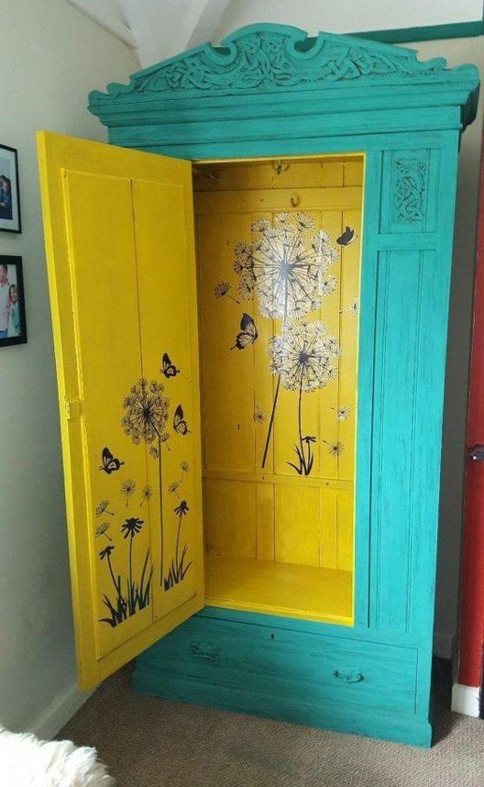 patiner-un-meuble-peinture-bleue-extérieur-intérieur-en-jaune-motifs-pauchoir-fleurs-printemps-idée-comment-repeindre-un-meuble-chambre-vintage