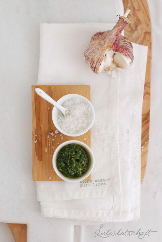 mit den Resten des gegrillten Lachs:   Lauwarmer Gemüse-Salat mit Lachs.  1 Paprikaschote 1 kleine Zucchini 1/3 Fetakäse dunklen Balsamico Olivenöl Salz, Pfeffer 4-5 Coctailtomaten