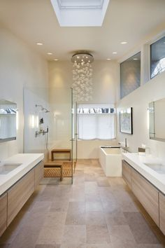 déco scandinave salle de bains: touches de bois clair et suspension bulles.  #sallesdebain #francedecoration #designinterieur http://www.delightfull.eu/en/
