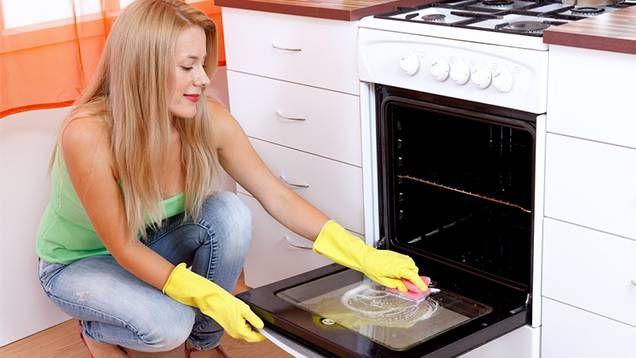 1. Blanda tvättsåpa med vatten. Använd sedan en blomspruta och spreja hela ugnen invändigt. 2. Stäng ugnsluckan och slå på ugnen. Vrid upp till 100 grader och låt stå i 20 minuter. Stäng sedan av ugnen och låt den svalna. 3. Torka enkelt bort all ingrodd smuts med en fuktad svamp.  Utan tvättsåpa Vill du inte använda tvättsåpa kan du i stället göra så här: 1. Häll vinäger i en djup tallrik. Ställ den i ugnen. 2. Stäng ugnsluckan, vrid upp till 50 grader. 3. Låt sedan stå i 30-60 minuter och…