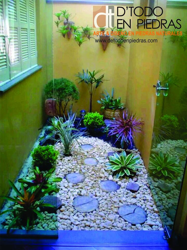 Rodear tus plantas con piedras naturales hacen que tu jardín tenga mas vida.