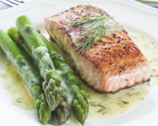 Pavé de saumon et asperges vertes à la crème citronnée à l'aneth