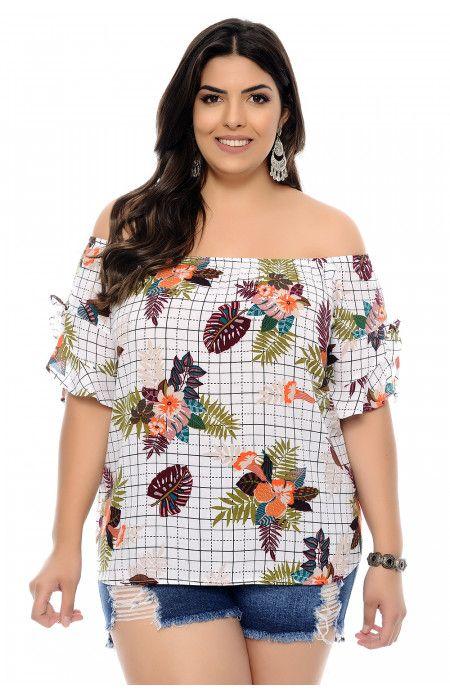 75463a4b15 Blusa plus size branca estampada de floral e tema geométrico confeccionada  em viscose. Tem modelagem soltinha e decote ombro a ombro com elástico.