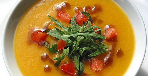 Pumpkin cream soup with pear and arugula
