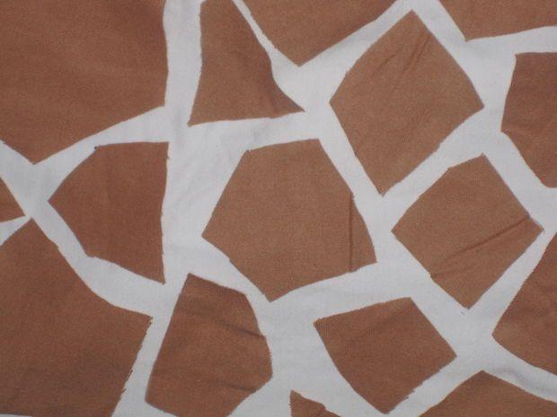 Glue giraffe spots onto white outfit.                                                                                                                                                                                 Más