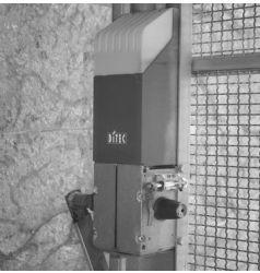 Ditec Entrematic  Ditec Box é a solução ideal para automatizar portas de garagem. Fácil de instalar, robusto e incansável, com 1 ou 2 atuadores, as portas basculantes com contrapesos, com reentrada total ou articulada, mesmo de grandes dimensões