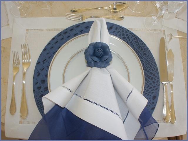 mesa com detalhes em azule branco.