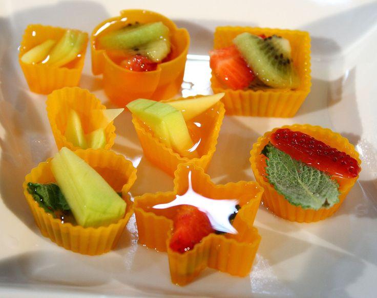 HIELOS DIVERTIDOS Y SABORIZADOS Innovación de cocina: Trozos de fruta y hojitas de menta para tus hielos.