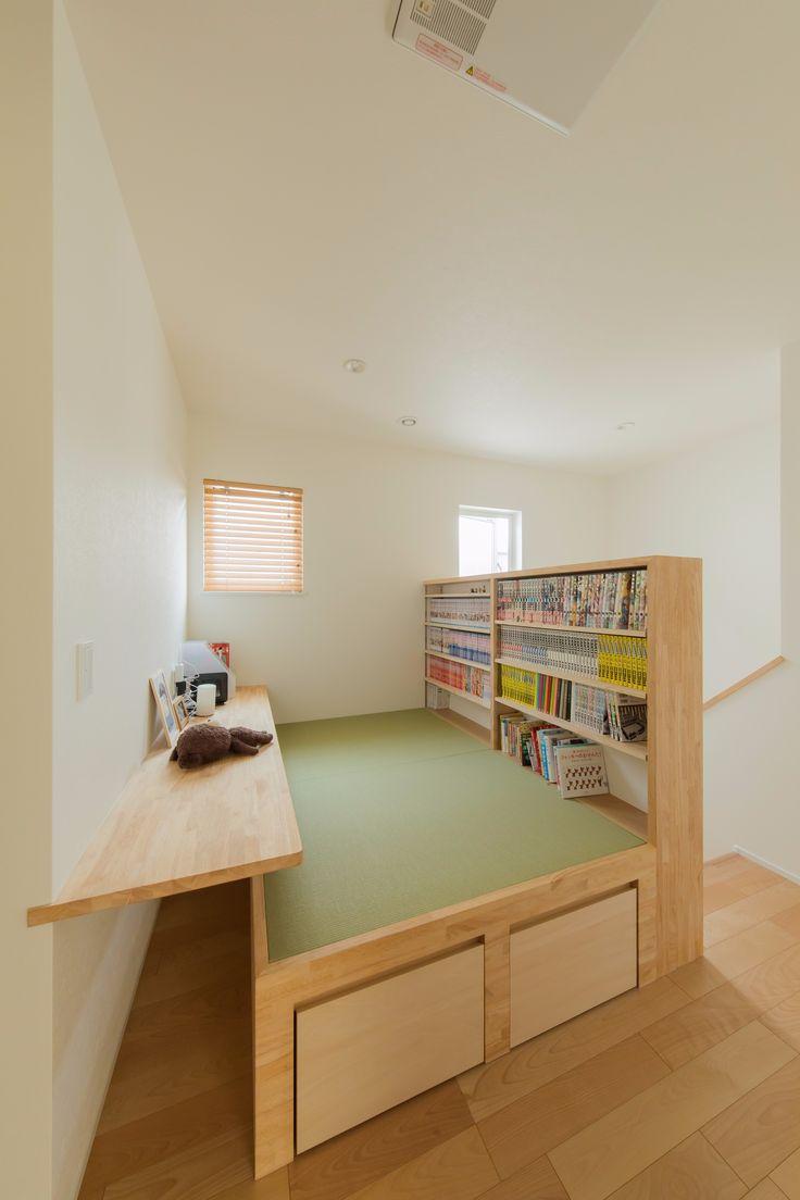階段上の畳スペース。壁を有効利用した本棚、パソコンや宿題などに便利なカウンター、畳下には収納を設えました。 #書庫 #畳 #本棚 #カウンター #収納