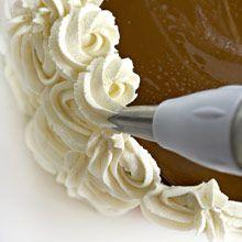 Vadelmainen kinuskikakku on kuohkea klassikko, jonka sisällä maistuvat raikkaat vadelmat ja makea kinuskivaahto.Kakku koristellaan kermavaahtokiehkuroilla
