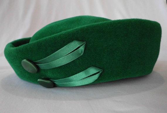 vintage 1940s KELLY GREEN HAT by VINTAGEVogueWARDROBE on Etsy, $26.00