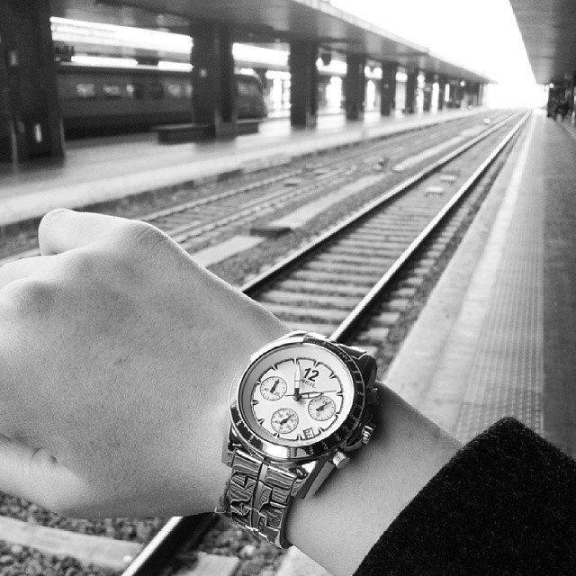 """Cerco la felicità e lo faccio in una stazione, dove aspetto un treno che mi porta avanti e indietro nei posti che chiamo """"casa"""".  @fedelefreaks e il suo #BREIL su #Instagram."""