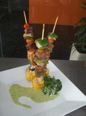 Brochetas de carne: .carne de cerdo, vaca o pollo .cebollas .tomates cherry .morrón verde .morrón rojo .aceite de oliva .sal .choclo