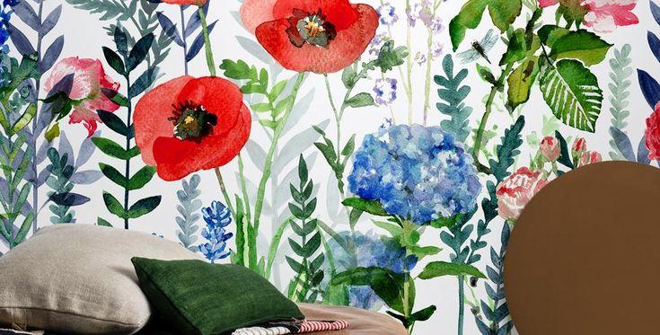 Tapetkollektionen Flowers & Aquarelle tar dig till de tropiska breddgraderna med mönster som består av blommor och blad över akvarellbottnar. Beställ online.